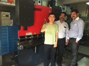 भारत ग्राहकहरूले कारखाना र खरिदका मशीनहरू भ्रमण गर्छन्