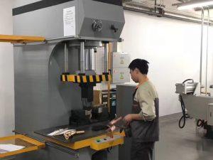 जापान क्लाइन्ट टेस्टिंग हाइड्रोलिक प्रेस मिसिन हाम्रो फैक्टरी मा